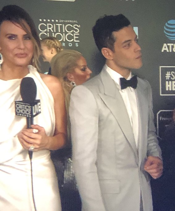 A relatively tame red carpet look from Rami Malek #CriticsChoiceAwards Foto