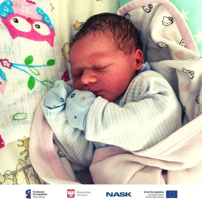 🎊🎉Witajcie na świecie! 👶 Dobra wiadomość na początek tygodnia: narodziny ponad maluchów zgłoszono online. Rodzicu, pamiętaj - nie musisz iść do urzędu, by zarejestrować dziecko. Możesz to zrobić bez wychodzenia z domu. 🤰🤱 Foto