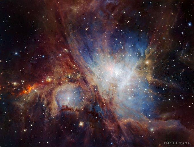 Este pintoresco paisaje es la popular Nebulosa de Orión, pero no en luz visible, sino en el espectro infrarrojo. La fotografía nos permite ver en el interior de la nube, donde se ocultan multitud de estrellas recién formadas. Está a 1 344 años-luz del Sistema Solar. #FelizLunes Foto