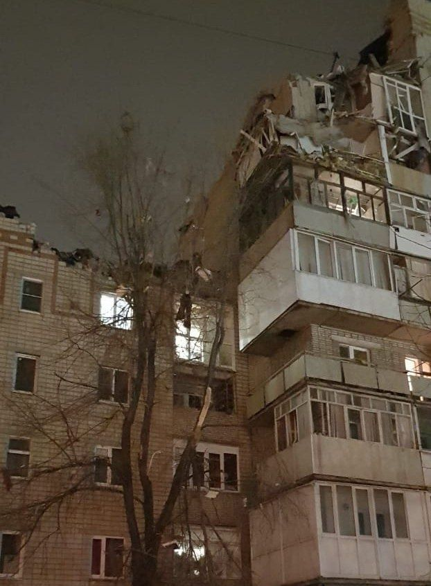 У російському м.Шахти стався вибух житлового будинку, семеро людей залишаються під завалами - Цензор.НЕТ 3102