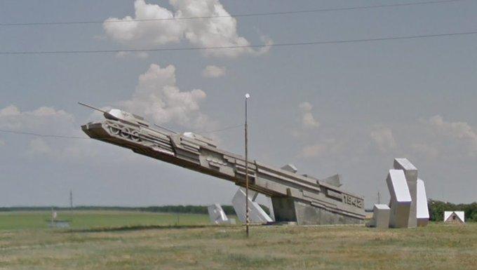 Играл в Geoguessr и нашёл где-то в Ростовской области совершенно атомный памятник орбитальной пушке, стреляющей танками. Так победим. Фото