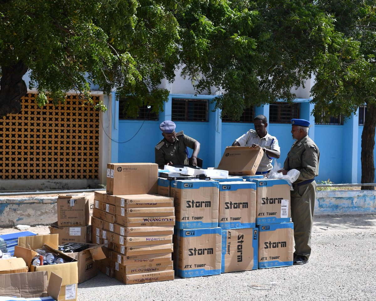 In order to enhance the operational efficiency of the #Somali Police Force, #AMISOM Police delivered an assortment of office equipment and furniture to the force yesterday. This included desktop computers, cameras, biometric equipment, as well as office furniture. <br>http://pic.twitter.com/14TKgy29XW