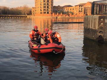 Lewisham firefighters have been practicing their water rescue skills. As the weather gets colder please take care near the water & never go on ice. The water is cold enough to cause cold water shock, making you gasp uncontrollably which can lead to drowning #BeWaterAware
