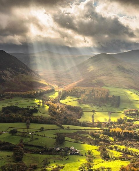 Some heavenly Lake District light for a #MondayMorning 📷 royce__06 Photo