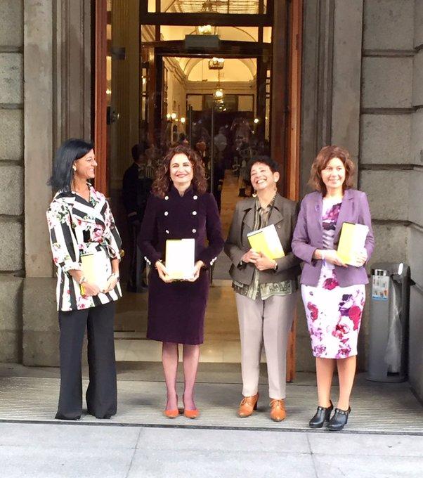 4 mujeres, la ministra de Hacienda y sus tres colaboradoras más cercanas, han traído los Presupuestos 2019 al Congreso. Muy contentas las 4, mucho trabajo, ha dicho María Jesús Montero. @radio5_rne Foto