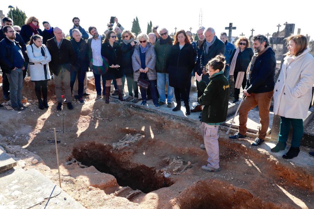 """Armengol destaca la recuperación del """"tiempo perdido"""" para """"honrar"""" a las víctimas del fascismo en la visita a la fosa de Llucmajor"""