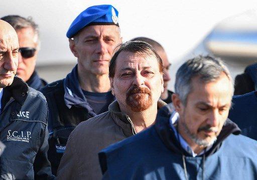 #ÚLTIMO #CesareBattisti ya está en Roma. Su avión, procedente de Santa Cruz, llegó cuatro horas antes de lo previsto. Será trasladado a la cárcel de Rebibbia. Foto