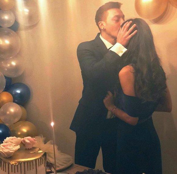 📌 Mesut Özil ve Amine Gülşe nişanlandı 🔗 #mesutozil #aminegülse Fotoğraf