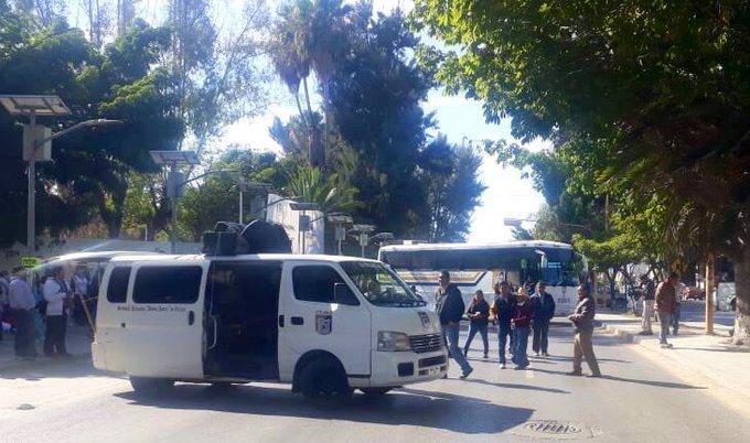 Con 12 camiones del servicio de transporte urbano, que fueron retenidos esta mañana, realiza el @STEUABJO su bloqueo en el crucero de Cinco Señores #Oaxaca. Foto