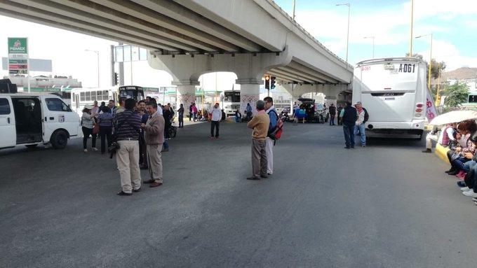 Trabajadores del STEUABJO bloquean el crucero de cinco señores debido a que los puntos de su pliego petitorio hasta el momento no han sido cumplidos. Externan que de no haber diálogo continuarán con las movilizaciones. #Oaxaca Foto