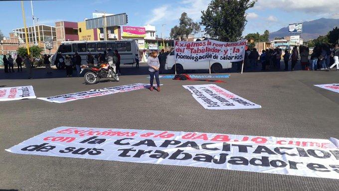 Integrantes del STEUABJO secuestran 12 autobuses y bloquean Cinco Señores Foto