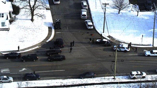 美國新澤西州洛根市(Logan)的優比速快遞公司(UPS)倉庫,14日早晨發現持槍者,並劫持兩名女性人質與趕來的特警對峙。格羅契斯特郡(Gloucester County)檢察長辦公室發言人表示,目前情況已在警方的掌控之中,已開始與槍手談判(世界日報) Photo