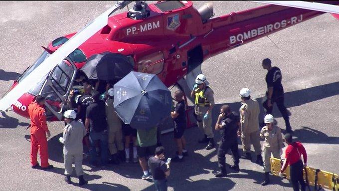 Morre um passageiro do helicóptero que caiu no Rio de Janeiro. Aeronave da PM caiu na Baía de Guanabara na manhã desta segunda-feira (14): #GloboNews Foto