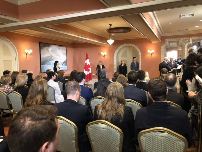 By the way. We're in the reception room today - not Rideau Hall's ballroom where we usually see swearing-in ceremonies. The PM and GG will be in the ballroom a little later to talk with @Astro_DavidS from the Space Station. Photo