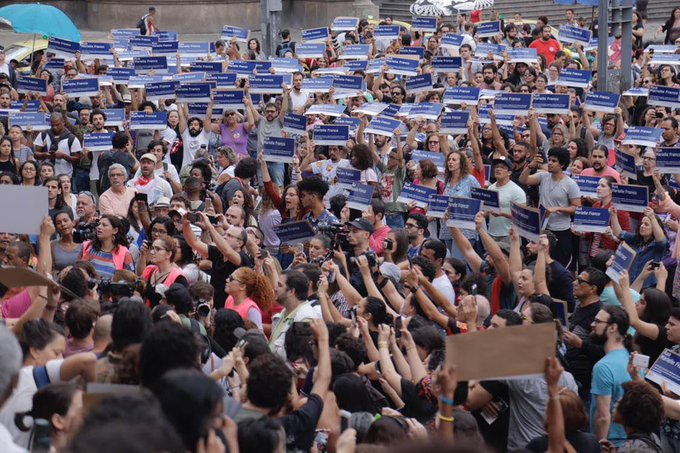 Em resposta ao ataque, uma mobilização nas redes sociais arrecadou fundos para produção de quase 2 mil placas com o nome de Marielle Franco. As placas foram distribuídas no dia 14 de outubro de 2018, na Cinelândia, Rio de Janeiro. (Foto: Mídia Ninja) Foto