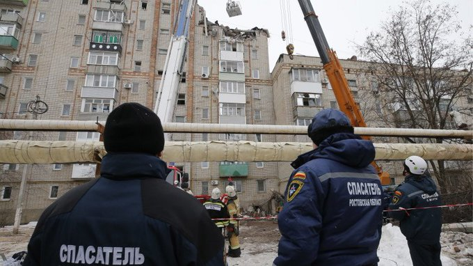 Жильцы дома, соседнего с тем, где произошел взрыв газа, смогут вернуться в свои квартиры только завтра утром. Как отметили в пресс-службе администрации города Шахты, сейчас там «очень опасно» Фото