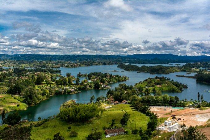 Esta joya del oriente tiene lugar de honor en el #SpamDePueblosColombianos. Guatapé, Antioquia: Photo