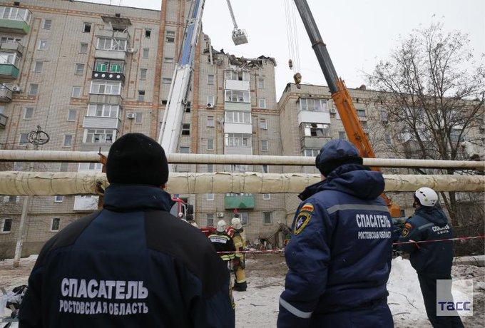 В МЧС опровергли данные СМИ об обнаружении тел троих погибших при взрыве в Шахтах. На месте продолжаются поисково-спасательные работы: Фото