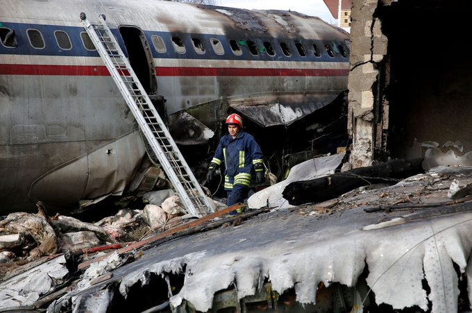 IRAN: A decades-old Boeing 707 military cargo plane crashed trying to land near Tehran, killing 15 people on board and leaving one survivor. Фото