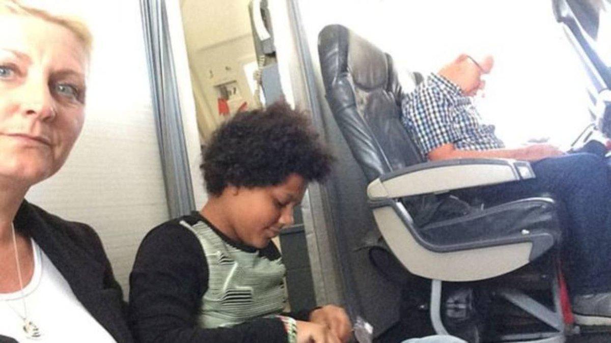 Familia viajó en el suelo de un avión porque sus asientos no existían http://bit.ly/2ChnCt8
