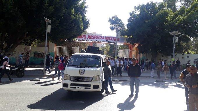 #ReporteTiempo Integrantes del STEUABJO bloquean ambos sentidos de la Avenida Universidad, frente a rectoria, y marchan a la altura del crucero de Cinco Señores. Foto