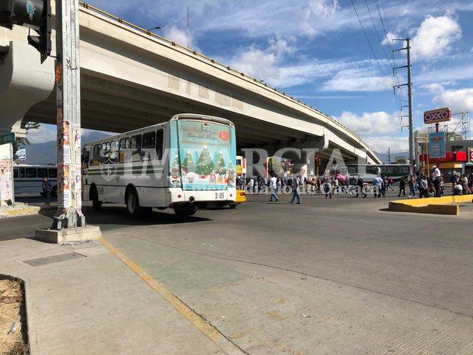 #AlertaVial | #AlMomento | Integrantes del STEUABJO bloquean el crucero de Cinco Señores y avenida Universidad; exigen cumplimiento a su pliego petitorio. Vía: @alvaro_c_lopez Foto