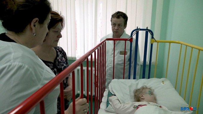 Двухлетняя Полина, чудом выжившая во время взрыва в Шахтах, по словам медиков, чувствует себя нормально и сейчас спит. Её здоровью ничего не угрожает Фото