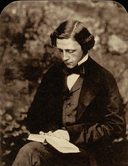 """En un día como hoy, pero de 1898, muere el escritor y matemático británico Lewis Carroll. Autor de los populares relatos """"Alicia en el país de las maravillas"""" y """"Alicia a través del espejo"""". Búscalas en nuestro catálogo. Foto"""