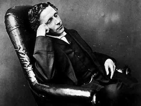 #UnDíaComoHoy de 1898 muere Lewis Carroll, matemático, fotógrafo y novelista británico. Su trabajo literario es una combinación de fantasía y apuntes filosóficos. Obras llenas de relatos divertidos, paradojas lógicas y matemáticas. Alicia en el país de las maravillas. Foto