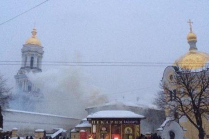 В одном из зданий на территории Киево-Печерской лавры в Киеве начался пожар. Чекисты палят документы? Фото