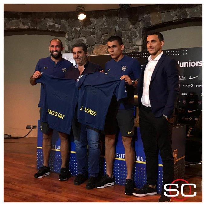 ¡Sonrían! Marcos Díaz y Junior Alonso fueron presentados ante la prensa como nuevos jugadores de Boca Juniors y posaron con Daniel Angelici, Nicolás Burdisso y la camiseta del Xeneize en Cardales. Foto