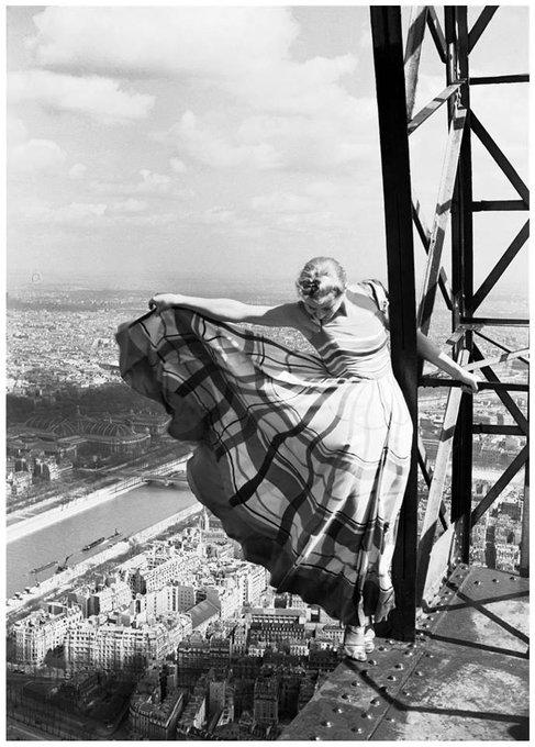 Erwin Blumenfeld (1897-1969) - Le mannequin Lisa Fonssagrives sur la Tour Eiffel pour Vogue, Paris, 1939. Foto