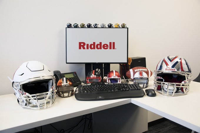 Now this is the desk of a #football fan. 👌 #NationalCleanOffYourDeskDay Photo