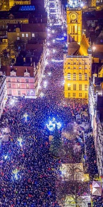 «Sono un europeo fiero di Danzica, città aperta, delle mie radici; non chiuderò mai la porta a chi crea, a chi lavora, a chi critica e a chi fugge da guerre». #paweladamowicz Un grande uomo, un grande europeo! Foto