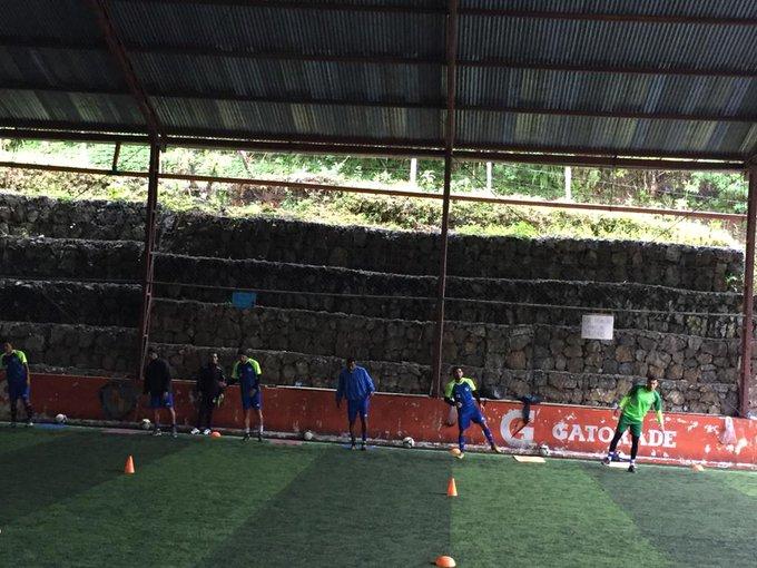#LNFG Cobán vuelve a los entrenos luego de la victoria ante Petapa, el entreno se realiza en una cancha sintética debido a la lluvia. Ivan Pacheco, Ángel Cabrera y Danilo Guerra los ausentes por selección nacional. Foto