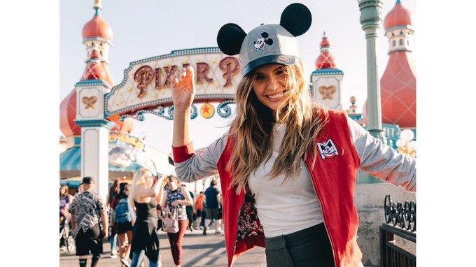 Showcases Disney Fashion Around the Parks #chipandco @voguemagazine #disneyfashion Foto