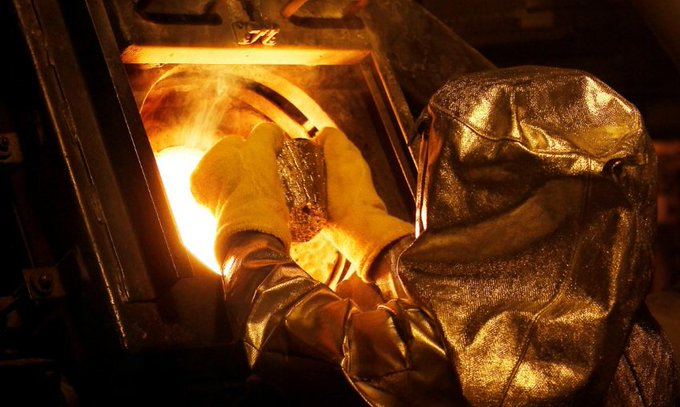 #Newmont compra #Goldcorp por US$ 10 bilhões. Leia na nossa newsletter: Foto: Técnico coloca botão de ouro no forno para ser refinado para formar barras de ouro na operação de mineração de ouro de Carlin da Newmont Mining em Nevada (EUA)   Rick Wilking Photo