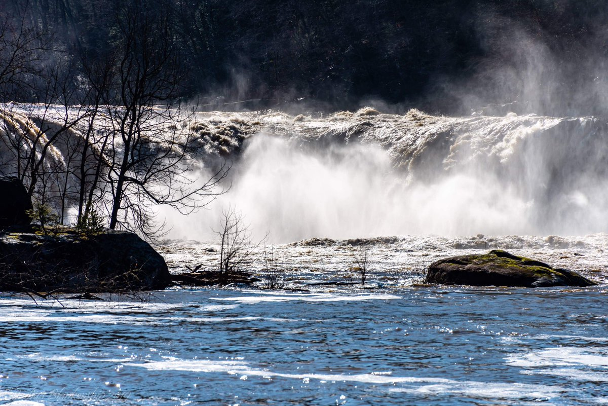 Kentucky&#39;s Cumberland Falls swollen from heavy rains, by @w4tko<br>http://pic.twitter.com/ROM1U4EZCA