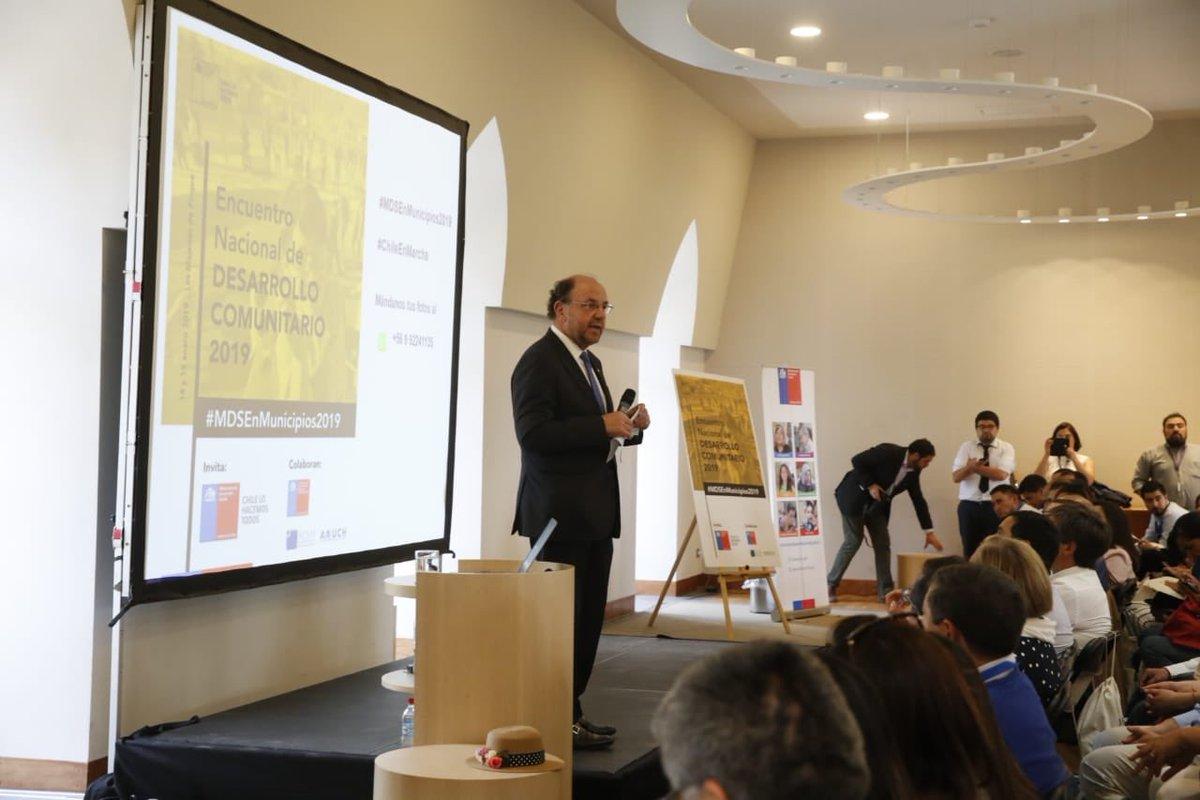 Cerca de 300 representantes de municipios de todo Chile participan en Encuentro Nacional de Desarrollo Comunitario. El ministro @amorenocharme expone sobre los lineamientos estratégicos del @dsocial_gob y la importancia de fortalecer el trabajo colaborativo. #MDSEnMunicipios2019