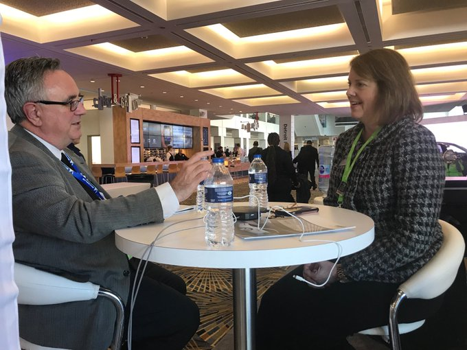 Jody Hall, SMDI Vice President, Automotive Market, chatting with Meeting with Bill Koenig, SME, at #NAIAS2019. Foto