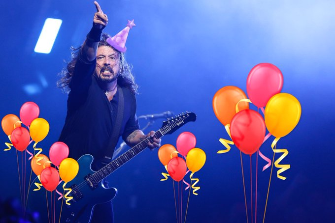 """#DaveGrohl is all like """"Hey you! Yeah, YOU! It's MY birthday!"""" And then he proceeded to shred that guitar #DaveGrohl50 Foto"""