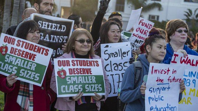 Lebih 30,000 guru sekolah di Los Angeles meninggalkan kelas masing-masing bagi menyertai tunjuk perasaan menuntut gaji yang lebih baik, jumlah pelajar yang kecil dan lebih banyak tenaga pelajar -- Ketua Kesatuan Guru Los Angeles, Alex Caputo-Pearl Photo