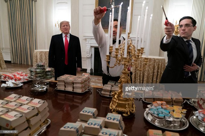 White House Staffer, choking through tears -  we use Lincoln gravy for the the McNugget sauces. 😭😭😭 Foto