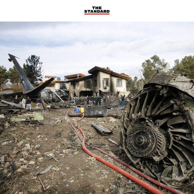 PHOTO JOURNAL: 'CRASH' ซากเครื่องบินขนส่ง Boeing 707 ของอิหร่าน หลังประสบอุบัติเหตุตกในเขตชุมชนใกล้กับกรุงเตหะราน ขณะพยายามลงจอดแต่หลุดออกนอกรันเวย์ มีผู้เสียชีวิตอย่างน้อย 8 คน - Hasan Shirvani / Mizan News / AFP IG: #TheStandardCo Фото