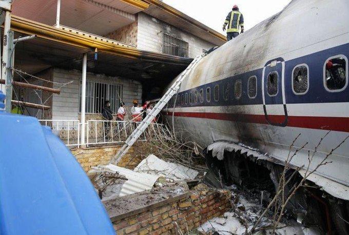 #FOTOGALERÍA: Un Boeing 707 se estrelló en un complejo residencial de Teherán, Irán, tras un aterrizaje de emergencia. Mira más en El mundo en imágenes del 14 de enero de 2019 👉 Фото