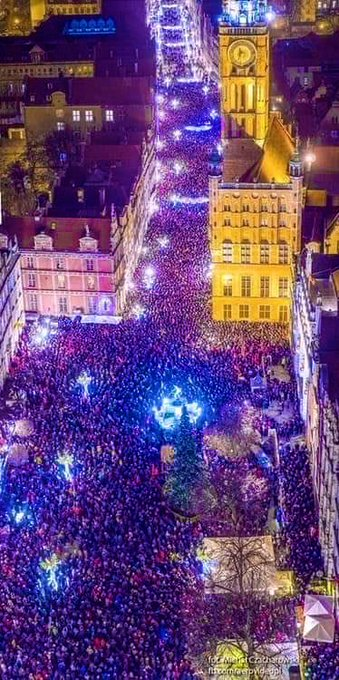 #Gdansk Tonight! I'm Heartbroken by the barbaric murder of mayor #PawełAdamowicz, who stood for human rights, democracy & against racism. Despite receiving death threats for his pro-refugee stance, he provided moral leadership, & pushed for solidarity, decency & cooperation. RIP Foto