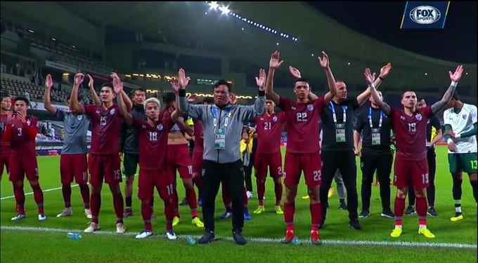 """ควันหลงหลังเข้ารอบ! ชมทีมชาติไทยพร้อมกองเชียร์ช้างศึกทำ """"ไวกิ้งแคล็ป"""" หลังทะลุ 16 ทีม สนับสนุนโดย @FOXSportsTHA อ่านต่อ ภาพถ่าย"""