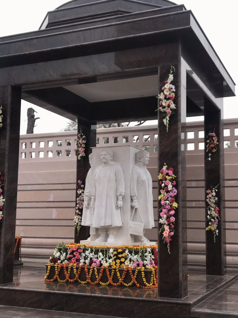 #मायावती के घर मायावती की मूर्ति ... https://t.co/bbuJjJVZtt