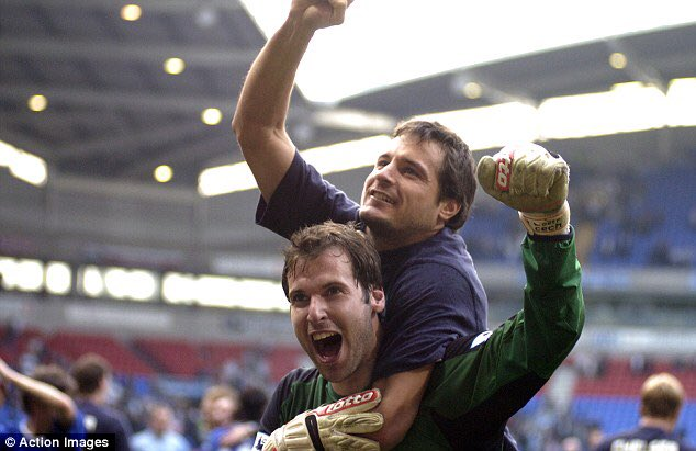 PC1 @PetrCech you could have waited few more years to retire😡,to allow me the chance to play few more games with the Chelsea legends!!I'm looking forward to fight for the #1 jersey...again😂👍🏻Congratulations for an immense career and good luck for what comes next. 🙌🏻💙 #202cs #1