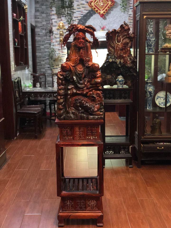 Tượng Đạt Ma ngồi thiền bằng gỗ Trắc được đặt chính giữa phòng khách ( Mẫu 1 )